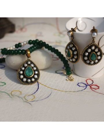 https://static8.cilory.com/15777-thickbox_default/pan-shape-pendant-set-in-emerald-and-pearl-mala.jpg